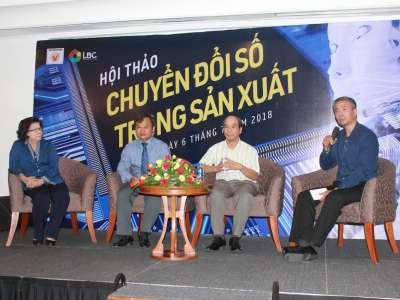 GS. Hồ Tú Bảo trao đổi tại Hội thảo